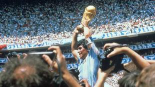 Maradona levanta la Copa del Mundo de México 86