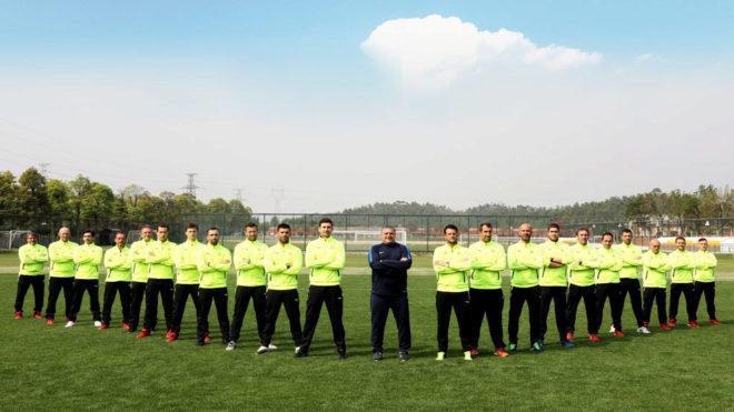 Los entrenadores españoles de la Escuela Evergrande de Fútbol posan...