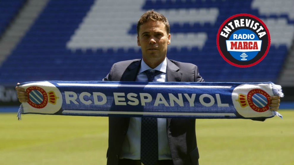 Rubi posa con la bufanda del Espanyol el día de su presentación.