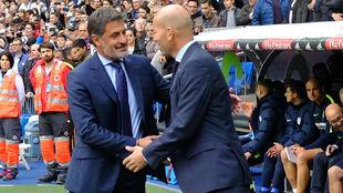 Míchel y Zidane, saludándose en el Bernabéu.
