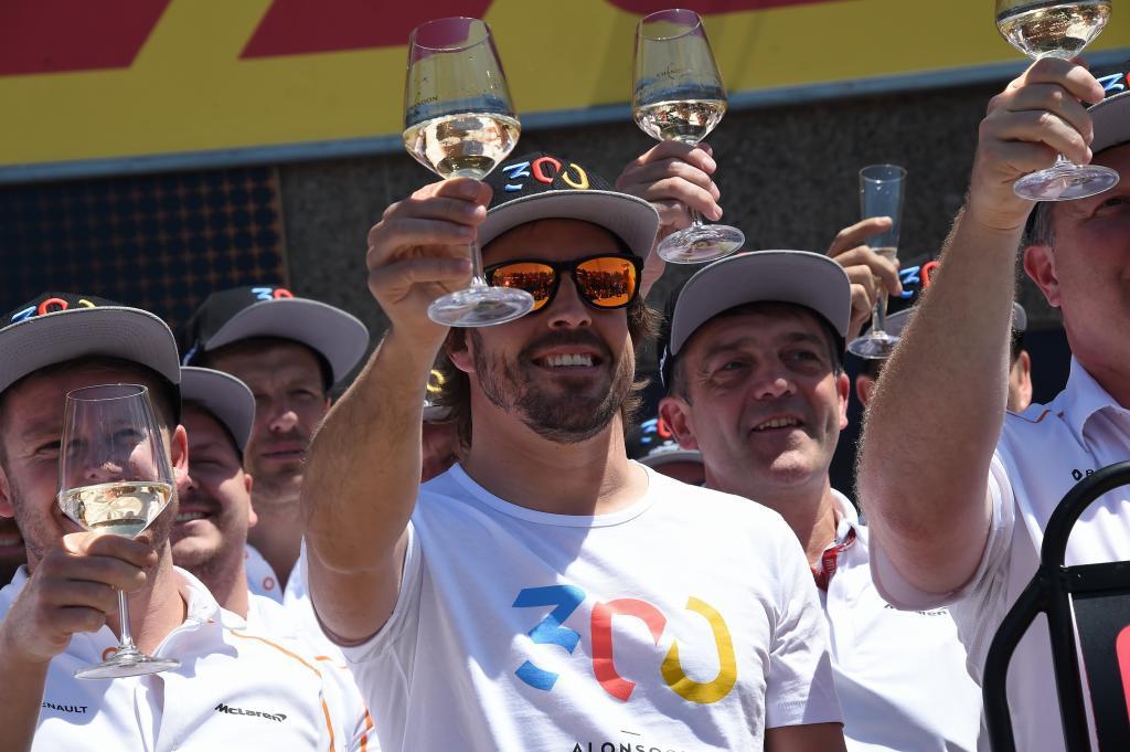 Fernando Alonso (ES) McLaren MCL33 Renault festeja sus 300 GP en el pit lane con todo el equipo Gran Premio de Canadá 2018. 7ª prueba del mundial. Circuito Gilles Villeneuve, ële Notre-Dame, Canadá. viernes 8 de Junio, 2018. *** Local Caption *** RUBIO