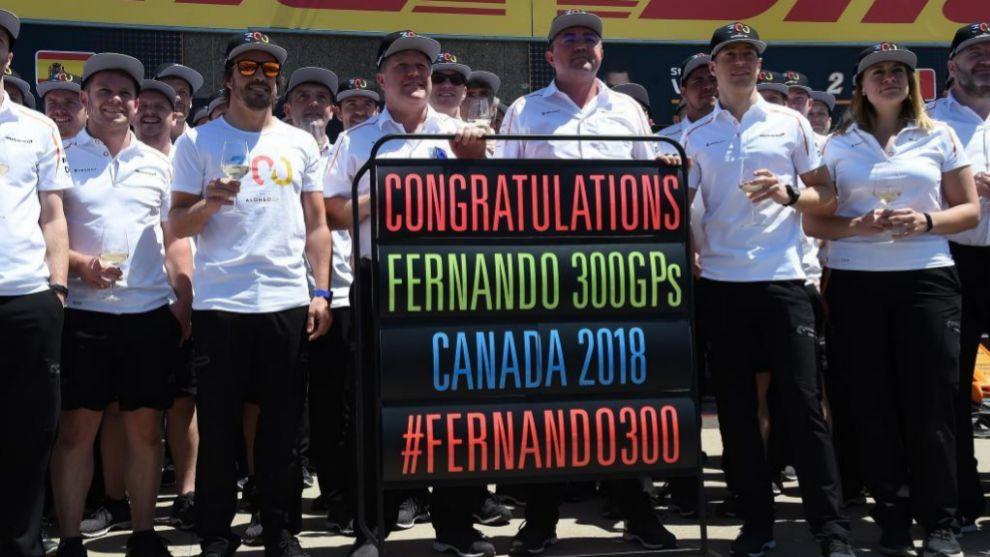 Zak Brown, Eric Boullier, Sttoffel Vandoorne junto a Fernando Alonso (ES) McLaren MCL33 Renault festeja sus 300 GP en el pit lane con todo el equipo Gran Premio de Canadá 2018. 7ª prueba del mundial. Circuito Gilles Villeneuve, ële Notre-Dame, Canadá. viernes 8 de Junio, 2018. *** Local Caption *** RUBIO