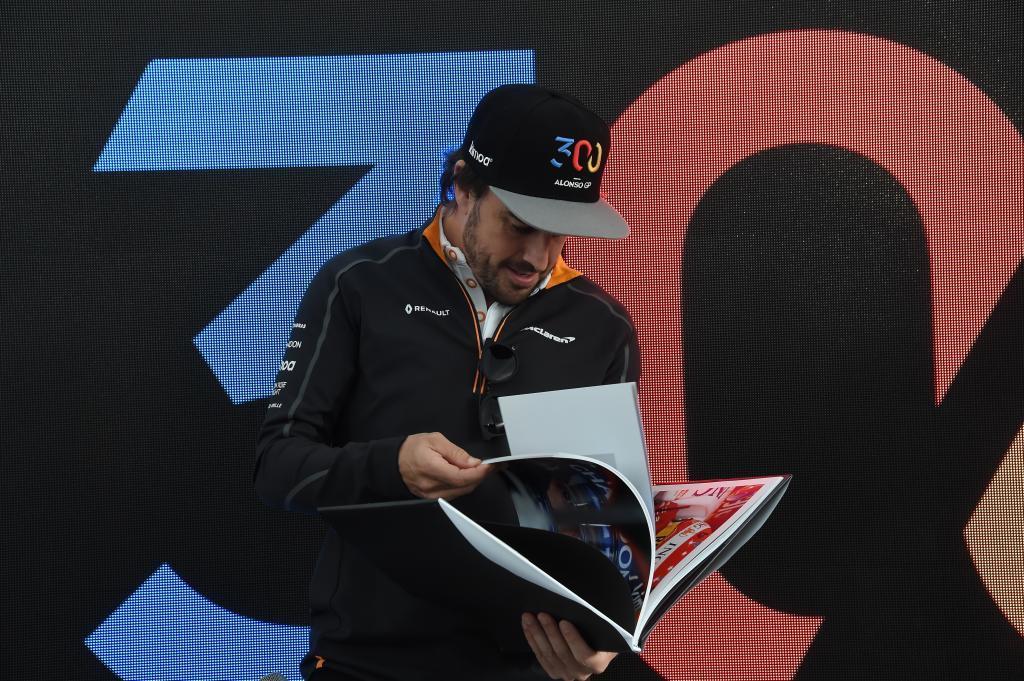 Fernando Alonso (ES) McLaren MCL33 Renault viendo el libro que le regalo McLaren con las fotos de su carrera deportiva en la celebracion de su 300 GP Gran Premio de Canadá 2018. 7ª prueba del mundial. Circuito Gilles Villeneuve, ële Notre-Dame, Canadá. Jueves 07 de Junio, 2018. *** Local Caption *** RUBIO