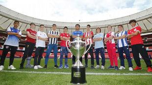 Los capitanes de los participantes en la Wanda Cup, posando ante el...