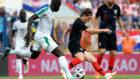 El senegalés Koulibaly intenta quitarle el balón a Modric.