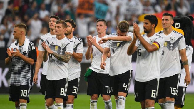 Los jugadores alemanes agradecen el apoyo de la afición a la...