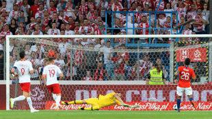 Instante del segundo gol de Polonia marcado por Piotr Zielinsk