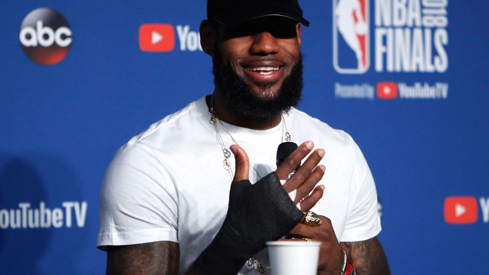 LeBron James and his injured hand