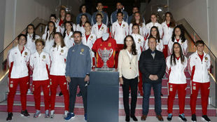 La selección femenina absoluta durante una visita a la sede de un...