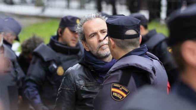 Willy Toledo con la Policía Nacional