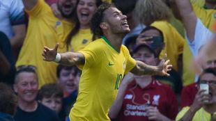 Neymar celebra el gol que hizo en su reaparición con Brasil.