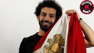 Salah posa para MARCA con la bandera de su país