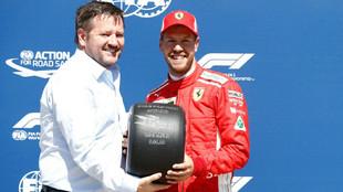 Sebastian Vettel, recibiendo el trofeo por la pole
