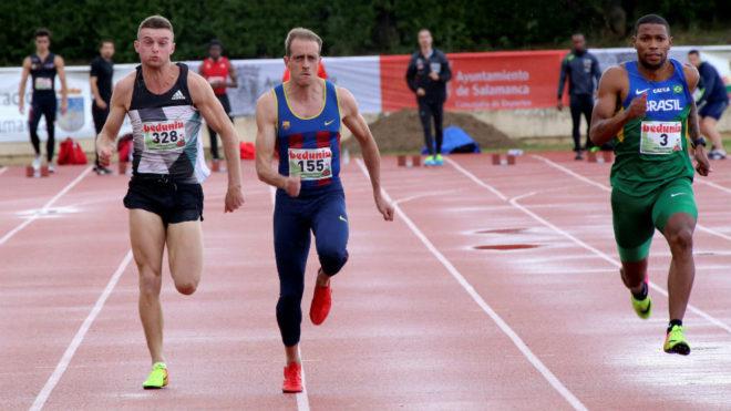 Ángel David Rodríguez, en el centro, durante los 100 metros en...