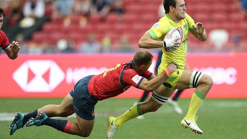 Jaike Carter intenta cortar el avance de un jugador australiano