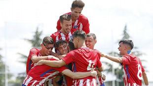 Los jugadores del Atlético celebran una de sus tres dianas.