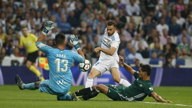 Adán, en una acción ante Mayoral en el último Madrid-Betis.