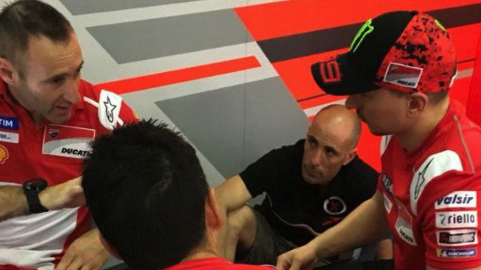 Debón, al fondo en el box de Ducati, con Lorenzo y Gabarrini.