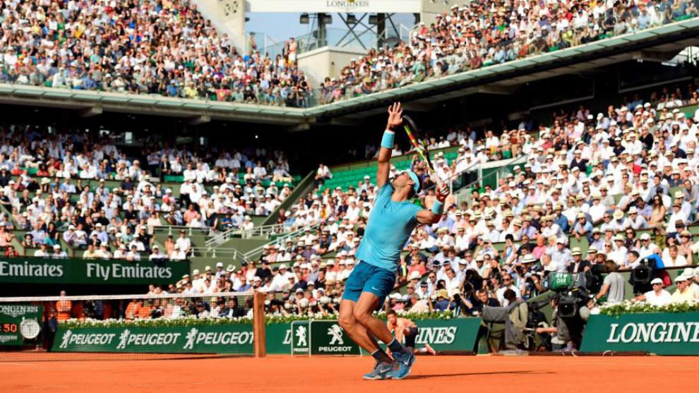 Rafael Nadal ejecuta un servicio durante su semifinal ante Juan...