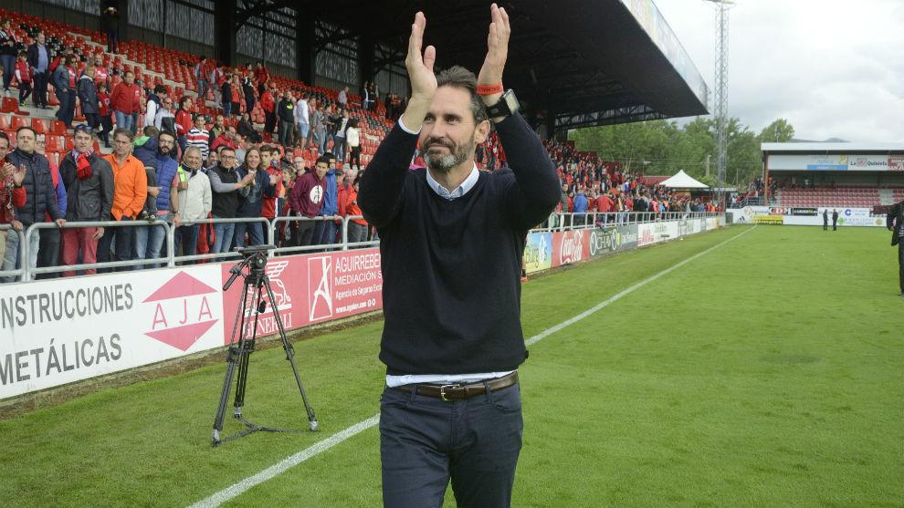 Vicente Moreno celebra el premio de ser campeón de Segunda B