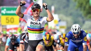 Sagan celebrando su triunfo en Suiza por delante de Gaviria.