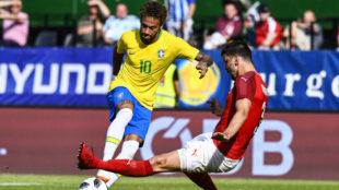 Neymar, regateando a Dragovic antes de marcar el 2-0