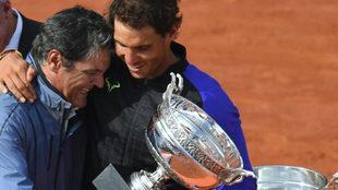 Toni Nadal junto a su sobrino en la final de Roland Garros del año...