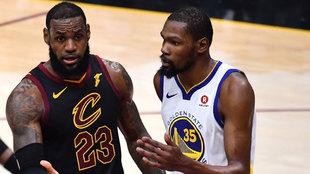 Durant y LeBron discuten durante un partido de las Finales