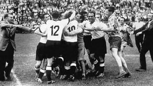 Los jugadores de la RFA se abrazan en Berna para celebrar la victoria...