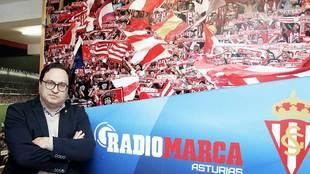 Javier Fernández, antes de una entrevista en Radio Marca Asturias