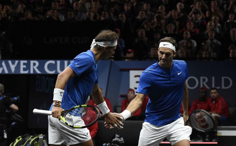 Nadal y Federer, durante un encuentro de dobles