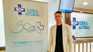 Sergio Tejera posa tras pasar el reconocimiento médico con el Oviedo