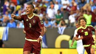 Rondón celebrando un gol con Venezuela