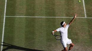 Federer se dispone a sacar
