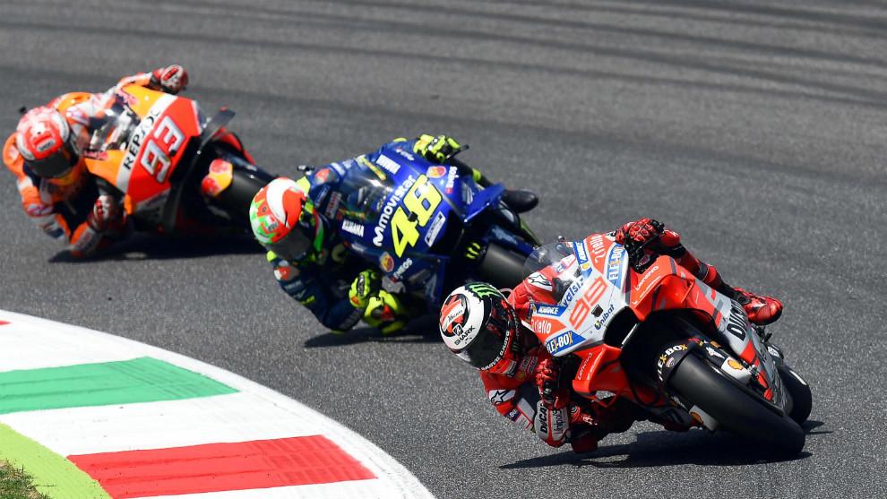 Lorenzo, seguido de Rossi y Márquez, durante el pasado GP de Italia