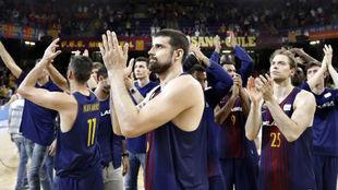 Los jugadores del Barcelona Lassa se despiden de la afición tras ser...
