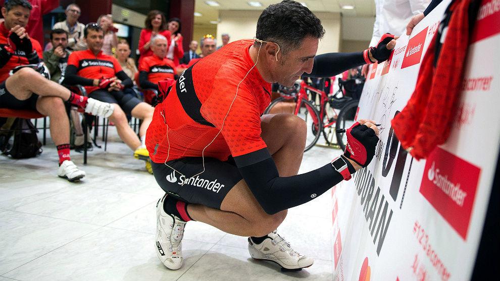 Miguel Indurain firma en presencia de su 'grupeta' en la sede...