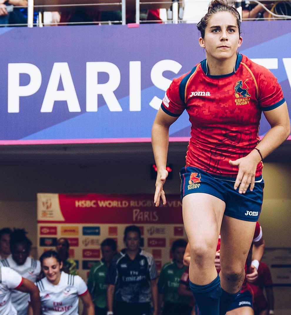Patricia salta al terreno de juego de París antes del partido ante...