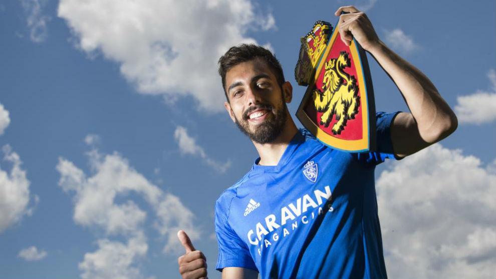 Borja Iglesias posa para MARCA sujetando el escudo del Real Zaragoza.