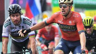 Colbrelli quejándose del esprint por delante de Peter Sagan.