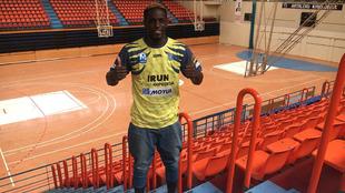 El jugador francés Rudy Seri posa con la camiseta del Bidasoa
