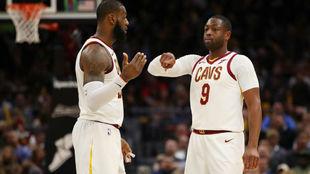 LeBron James y Dwyane Wade hablan durante su etapa juntos en Cleveland