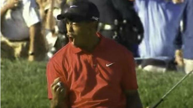 Tiger tras embocar el putt en el hoyo 18 que le llevó al desempate.