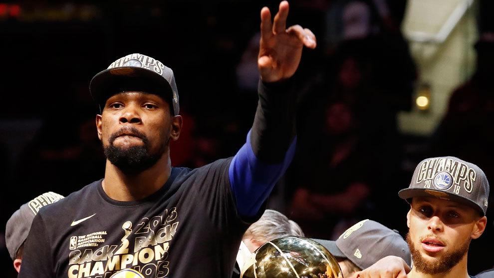 Durant celebra el título con Curry de fondo