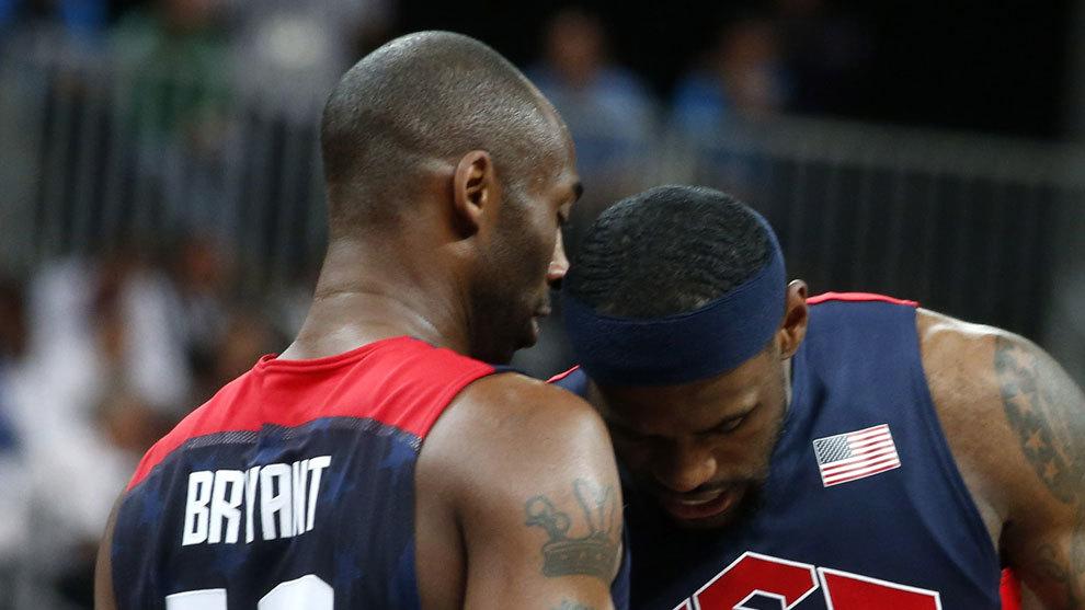 Kobe habla con LeBron en un partido con Estados Unidos