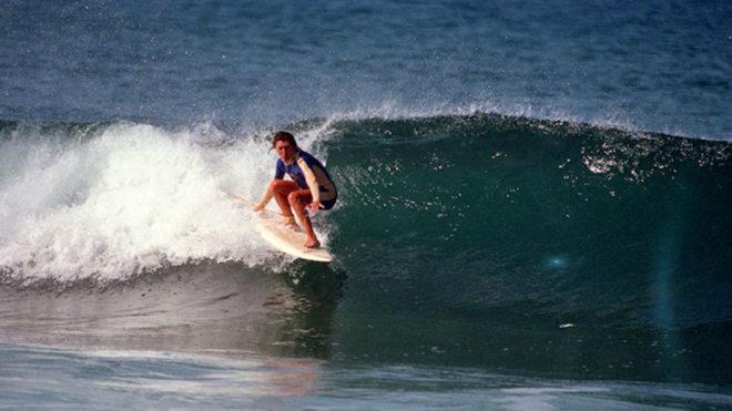 Laura Revuelta surfea en la playa canaria de Las Américas en 1986.