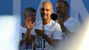 Pep Guardiola celebra la Premier League con el City.