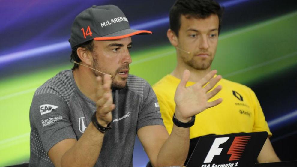 Jolyon Palmer, junto a Fernando Alonso, en una rueda de prensa de...