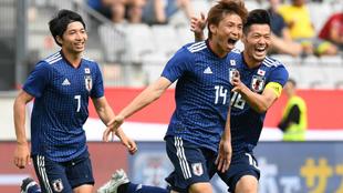 Inuti celebra uno de sus dos goles a Paraguay