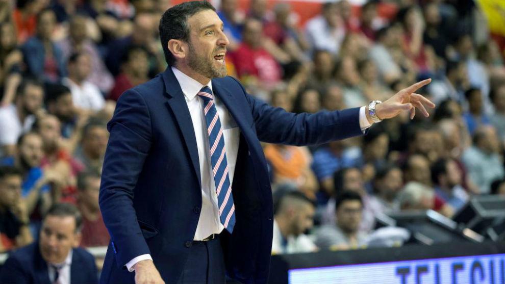 Ibon Navarro dirigiendo al UCAM Murcia